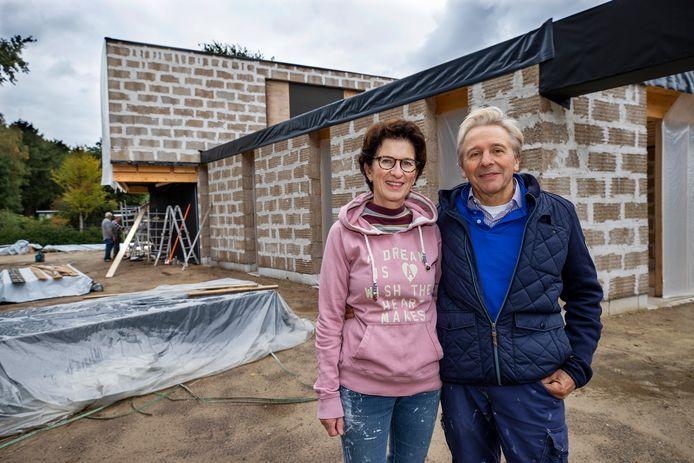 De woneng die gebouwd is met hennepblokken. Op de foto Marika Verstappen en Cor Verstappen.