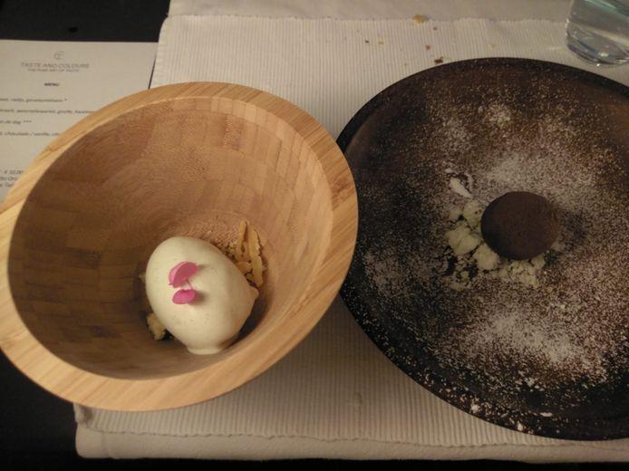 Het dessert: een frisse vanillecrème met citrus, met een wat zoutige smaak en een bol chocolade met ijzerkruid en rode biet.