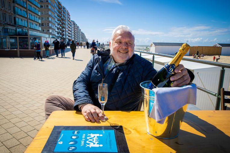 Burgemeester Jean-Marie Dedecker (LDD) met champagne op de dijk van zijn Middelkerke (archieffoto van 15 april). Beeld Jan De Meuleneir / Photo News