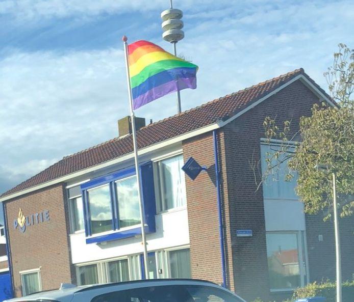 De regenboogvlag wapperde in de dagen voor Coming Out Day bij het politiebureau op Urk.
