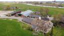 Het boerenbedrijf van Van de Streek, nabij beschermde natuur.