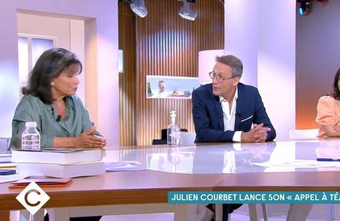 """Anne Sinclair et Julien Courbet dans """"C à vous"""""""