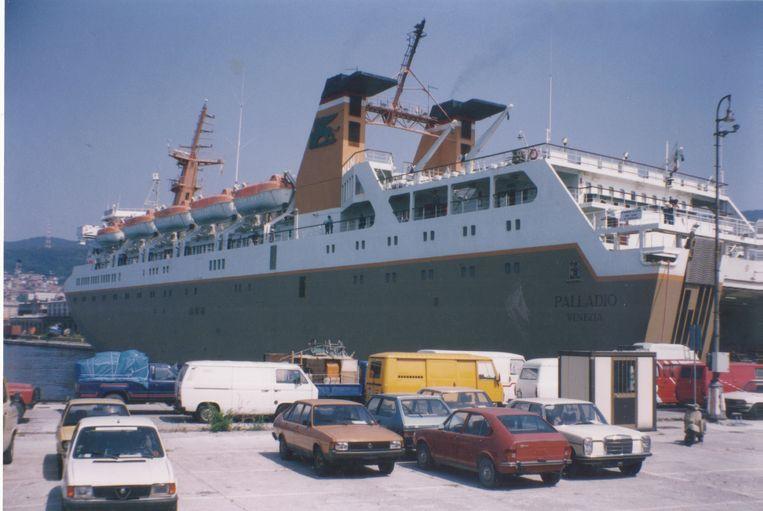 In de haven van Triëst bulkt het van de auto's zonder nummerplaten, klaar voor inscheping richting het Albanese Durrës. Beeld Douglas De Coninck