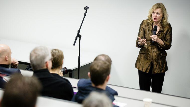 Minister Jet Bussemaker van Onderwijs, Cultuur en Wetenschap geeft een toelichting op de gevolgen van het nieuwe leenstelsel tijdens de open dag bij Windesheim Flevoland in januari. Beeld anp