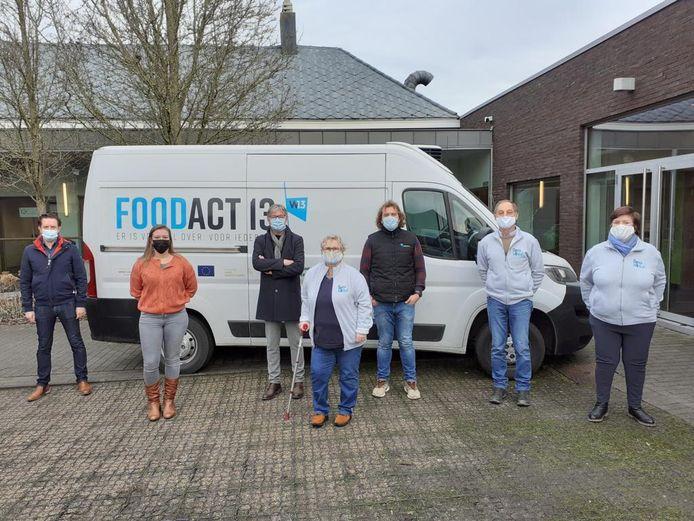 Op de foto staan de verantwoordelijken voor Food Act 13 en Oeze Winkel.