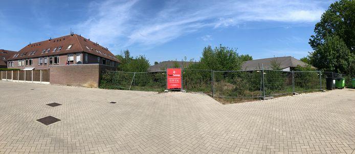 Projectontwikkelaar Rezidenz wil op de oude scoutinglocatie in Nuenen een luxe en hoog appartementencomplex bouwen. Op de achtergrond de woningen aan de Van de Schoorhof.