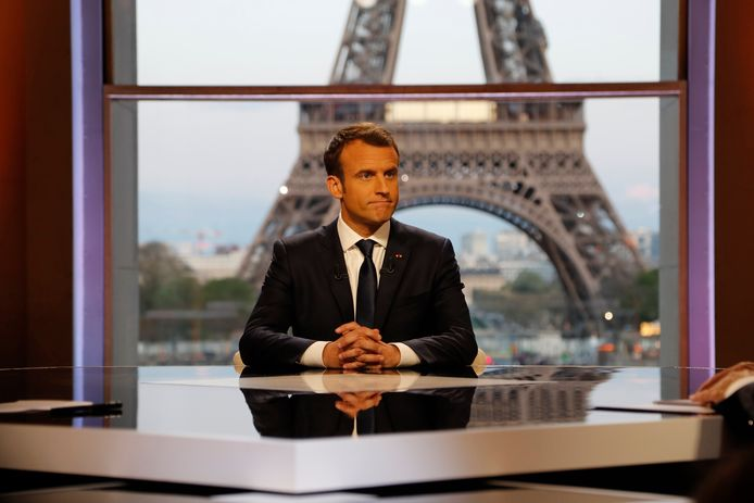 Franse president Emmanuel Macron op de TV set voor een twee uur durend interview naar aanleiding van de raketaanvallen op Syrië van afgelopen week.