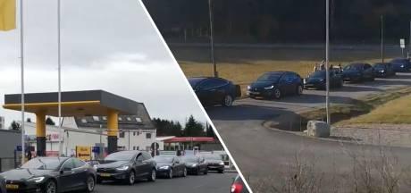 Tesla's op wintersport in de laadpaalfile