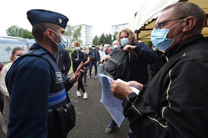 Un agent de police procède aux vérifications d'usage devant un centre de vaccination (archive d'illustration, 13 juillet 2021, Nogent-le-Rotrou, Eure-et-Loir, France)