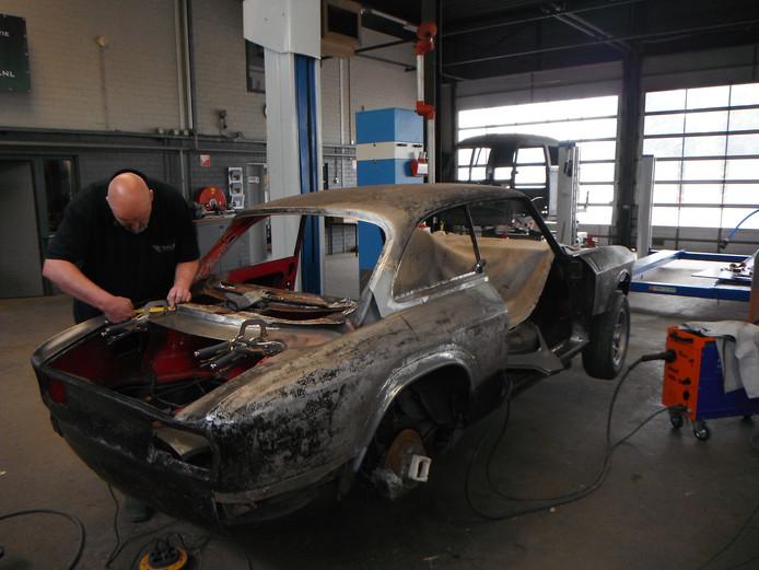 Jacco van Wel aan het werk in zijn garage.