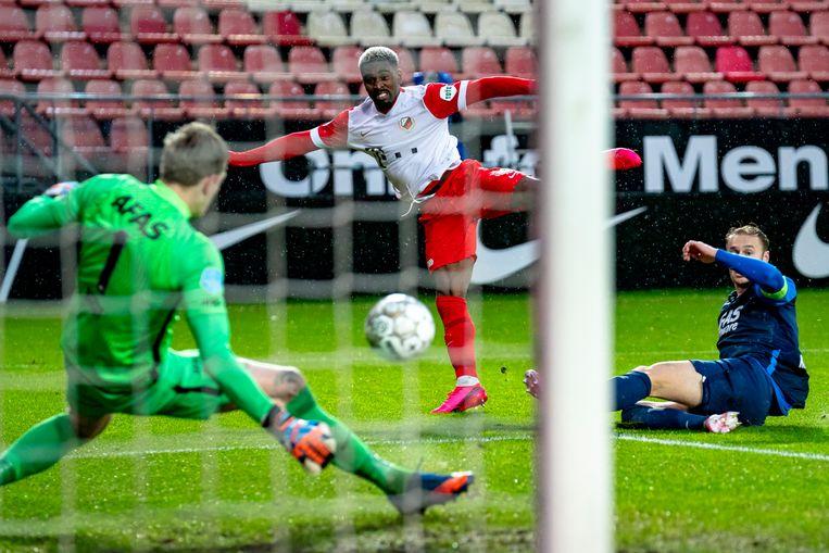 FC Utrecht-aanvaller Gyrano Kerk schiet op het doel van AZ, keeper Marco Bizot brengt redding. Beeld Pro Shots / Marcel van Dorst