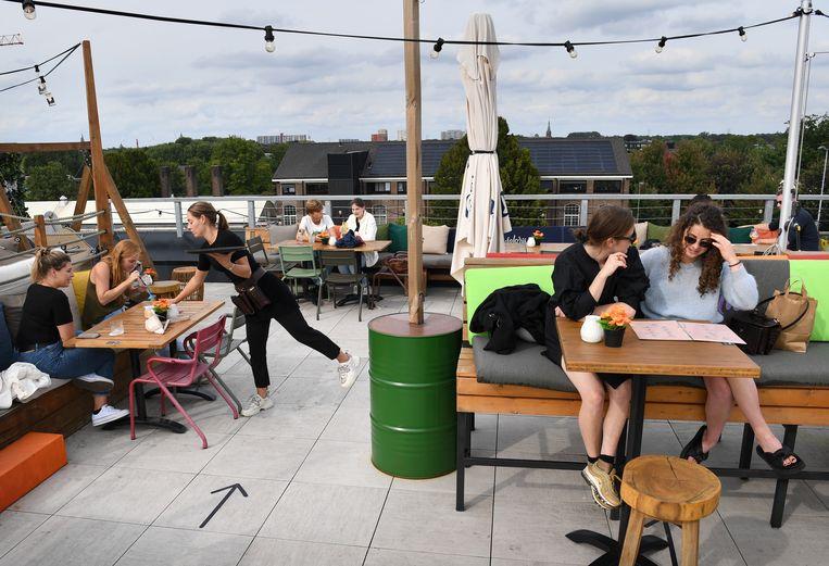 Rooftopbar Doloris in Tilburg.  Beeld Marcel van den Bergh / de Volkskrant