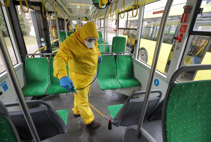 Un employé désinfecte un bus en Ukraine.