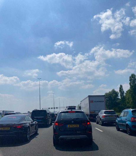 Fikse file na ongeval op A4 naar Den Haag, vertraging meer dan een uur