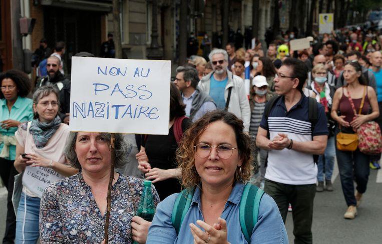 Demonstratie tegen de coronapas in Parijs  op 17 juli. Beeld AFP