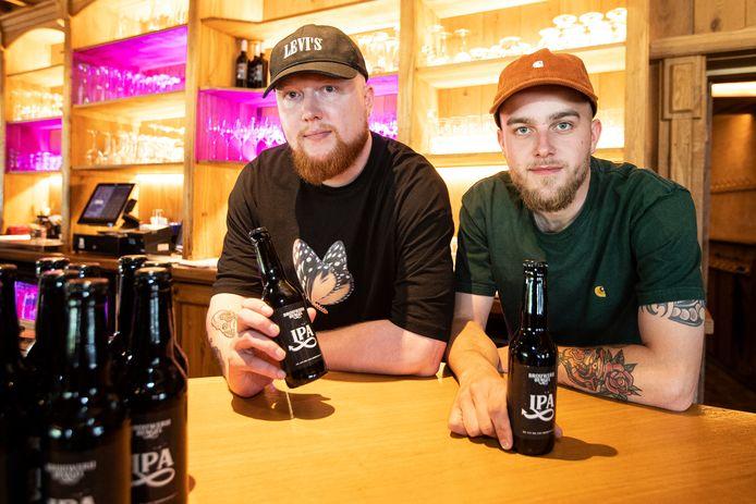Jeugdvrienden Kelvin Bolink, ook bekend als dj Pyrodox (links) en Jasper Ponsteen hebben hun eerste biertje uitgebracht: Bengel.