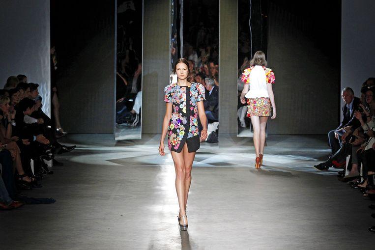 Een model showt een creatie van Claes Iversen tijdens de openingsshow van de zeventiende editie van de Amsterdam Fashion Week in de Westergasfabriek. Beeld null