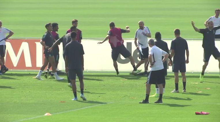 Higuaín trapt een assistent aan op training