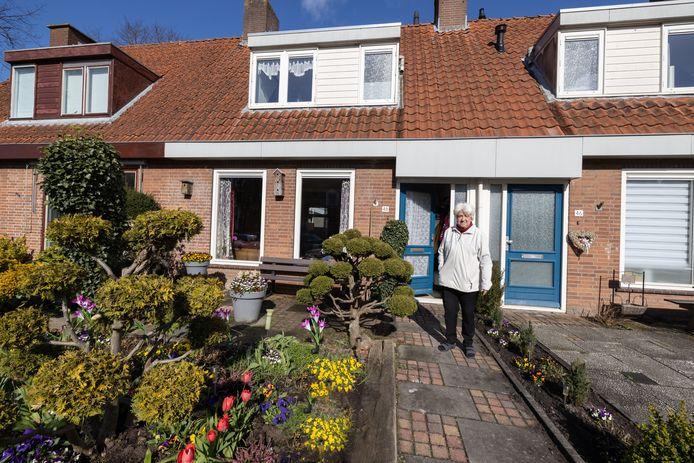 Het proces om een plan te maken om de oudste straten van Emmeloord te herontwikkelen gaat beginnen. Henny Westerhof in haar tuin in de Rietstraat.