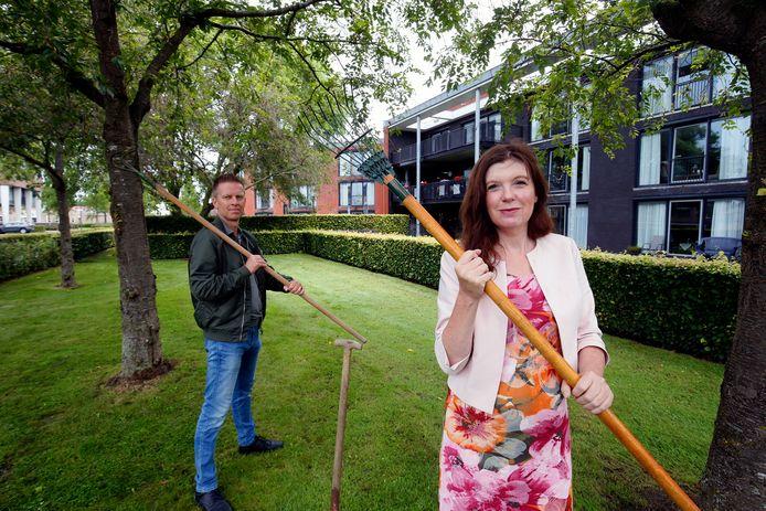Locatiemanager Karin Schellekens en vrijwilliger Hendri Visser willen zorgen dat zorglocatie Goezate een eigen tuin krijgt.