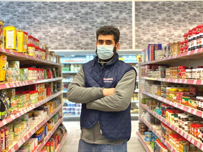 Zaakvoerder Saman Sheikh in zijn nieuwe supermarkt.
