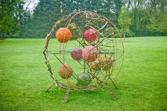 Een tijdelijk kunstwerk in de Engelse tuin.