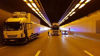 Kennedytunnel opnieuw vrijgemaakt na ongeval met drie vrachtwagens