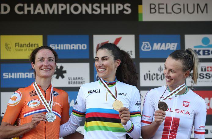 Marianne Vos (l) toont zich op het podium een groot kampioene.