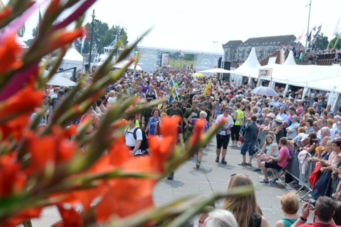 Veel publiek op de Maaskade in Cuijk.