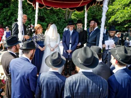 Voor het eerst orthodox joodse bruiloft in Den Haag: 'Geweldig om te zien, ik zit hier te genieten!'