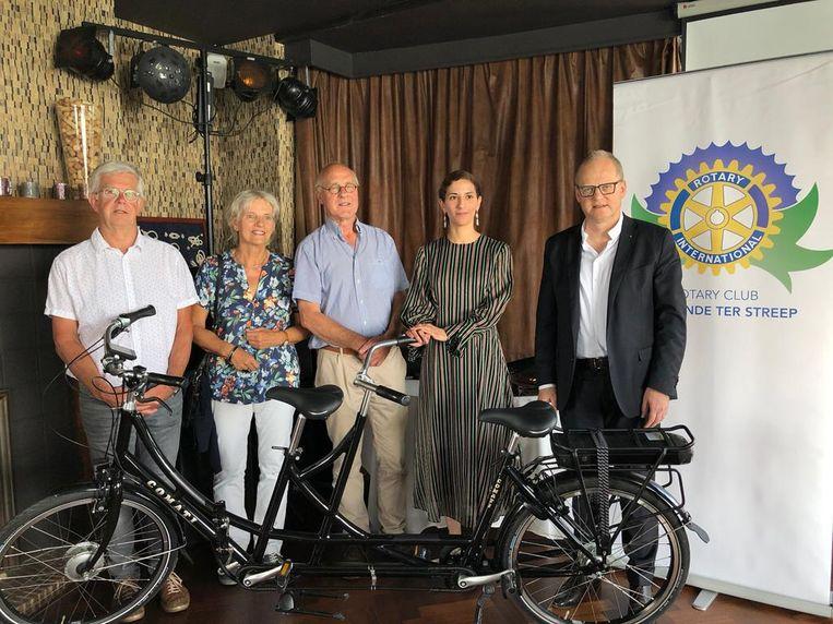Rotary Oostende Ter Streep heeft twee elektrische tandems geschonken aan Groep Intro