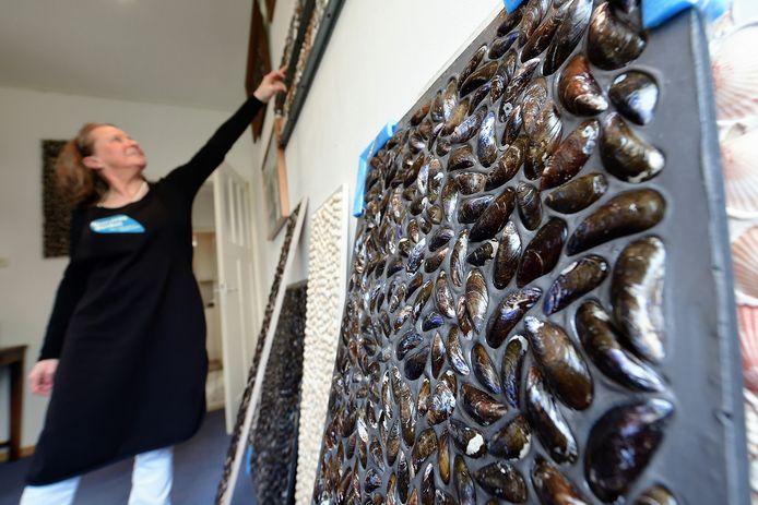 Elly Deurloo van Noordzeebanket maakt kunst van mossels.