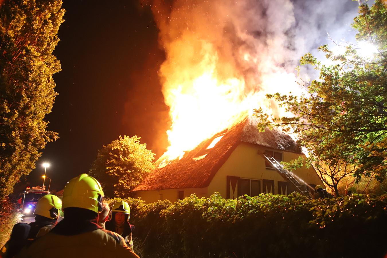 Vlammen slaan uit het dak in Zennewijnen.