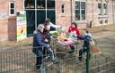 Bezoekers van de Wageningse Stadsboerderij krijgen materiaal mee om bijenhotels te maken.