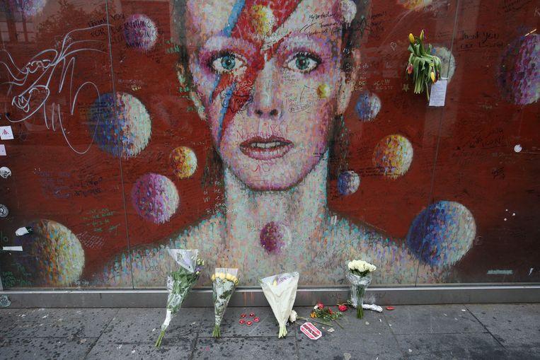 Precies vijf jaar geleden overleed David Bowie aan de gevolgen van kanker. In Londen herinnert deze muurschildering aan Ziggy Stardust. Beeld Photo News