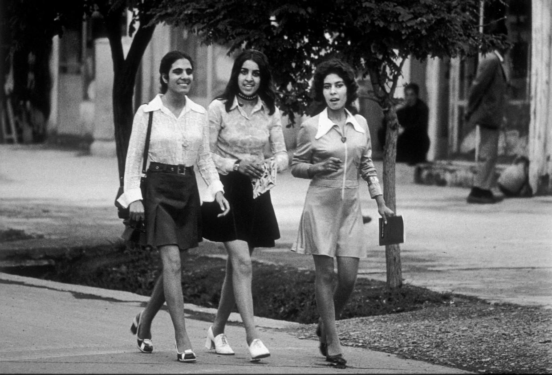 Drie jonge studenten in korte rok in Kaboel, 1972.   Beeld Laurence BRUN /Gamma-Rapho via Getty Images