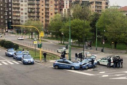 Twee politiewagens botsen op elkaar in lege straten van Milaan