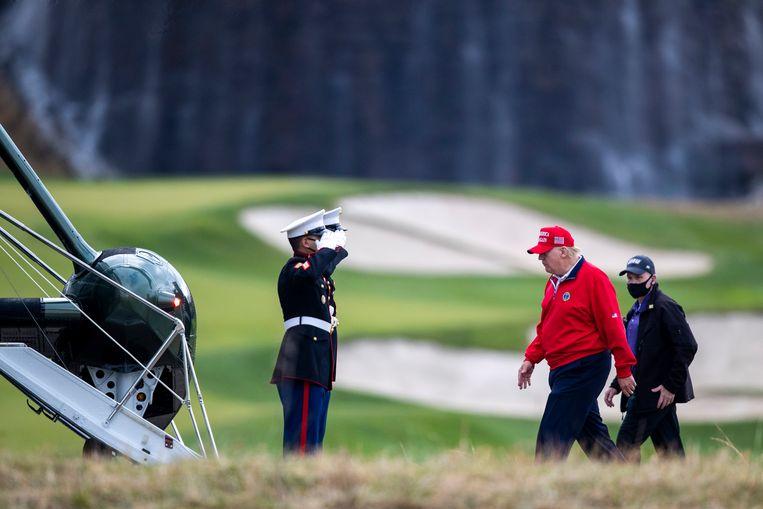 De Amerikaanse president Donald Trump ging vrijdag, de dag na de nationale feestdag Thanksgiving, een rondje golfen op zijn eigen Trump National Golf Club in Sterling, Virginia. Daarna vloog hij met een legerhelikopter naar het presidentiële buitenverblijf Camp David om het lange weekend te vieren met zijn familie. Beeld EPA