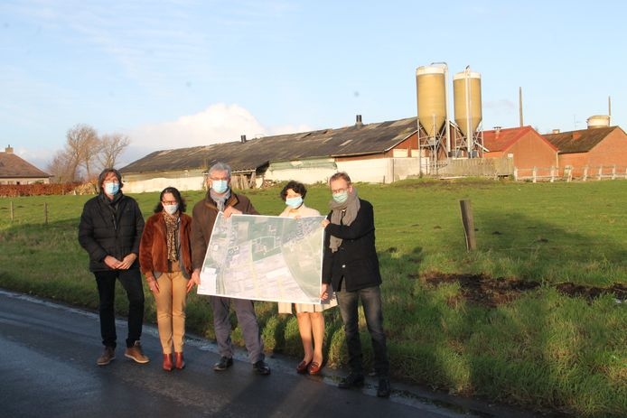 Gedeputeerde Sabien Lahaye-Battheu, WVI-directeur Geert Sanders, schepen Els Kindt en enkele collega's bij de plaats waar de uitbreiding van het bedrijventerrein in Lichtervelde voorzien is. Ook de boerderij op de achtergrond verdwijnt.