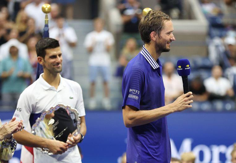 Na zijn sensationele zege op Novak Djokovic (links) bood Medvedev (rechts) zijn excuses aan het publiek en aan Djokovic aan. Beeld AFP