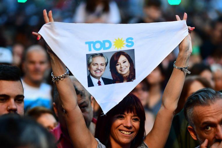 Een aanhanger van Alberto Fernandez en zijn running mate, oud-president Christina Kirchner, in Buenos Aires. Beeld AFP