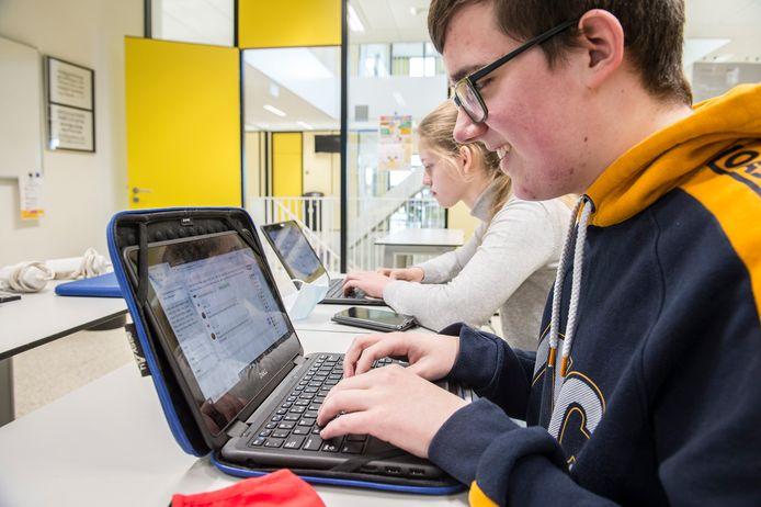 De open dag op het KSE is dit jaar online. Toekomstige leerlingen kunnen in een chat vragen stellen aan leerlingen en docenten. En er zijn filmpjes met een digitale rondleiding door het gebouw.  Vijfdeklassers Stijn van Nispen en Rachel Smid, beantwoorden vragen.