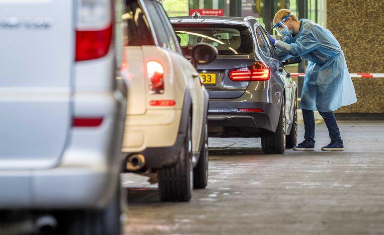 Een medewerker van de GGD in een teststraat in Amsterdam Beeld ANP