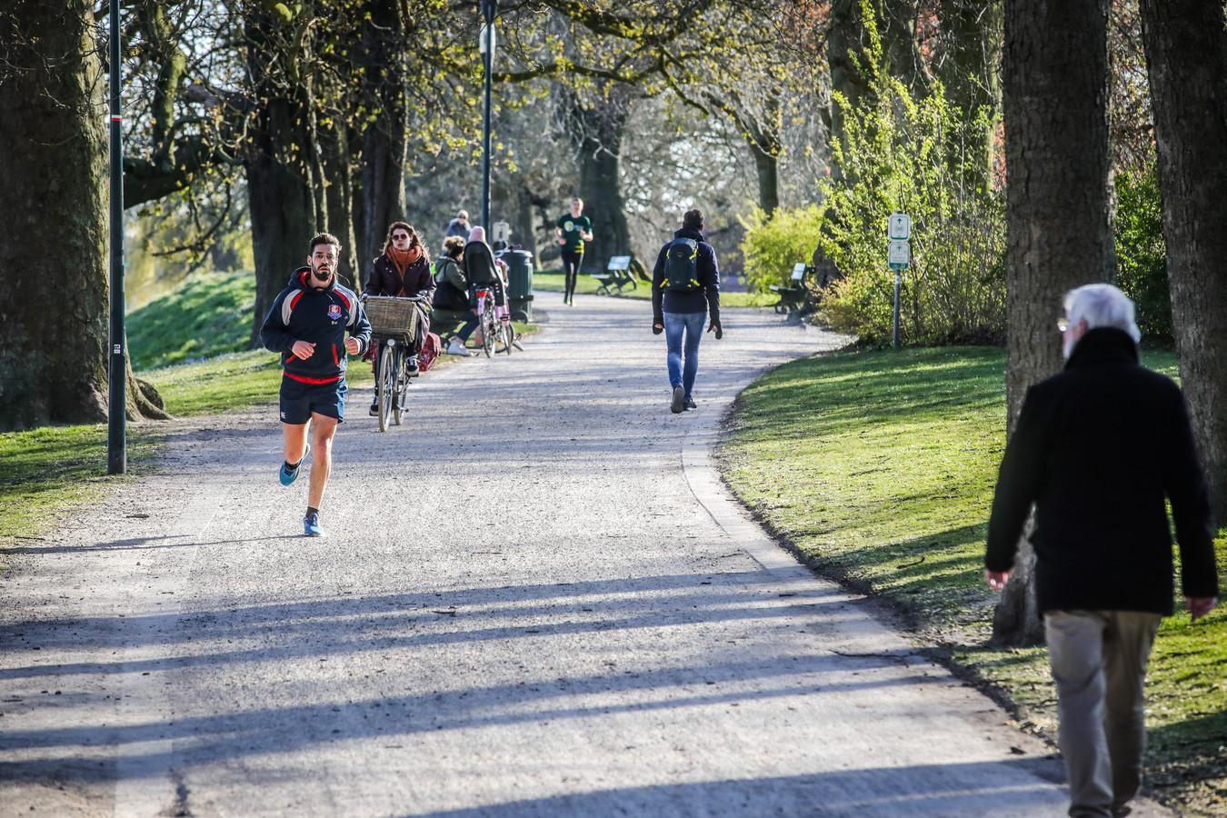 De beklaagden zouden op de Vesten in Brugge twee wandelaars beroofd hebben met een mes.