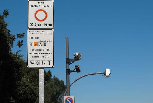 Rome Limited traffic areas indicate areas where access is allowed only to certain categories of vehicles, such as residents' vehicles,  vehicles for loading and unloading of goods, rescue vehicles, etc. Foto ISN