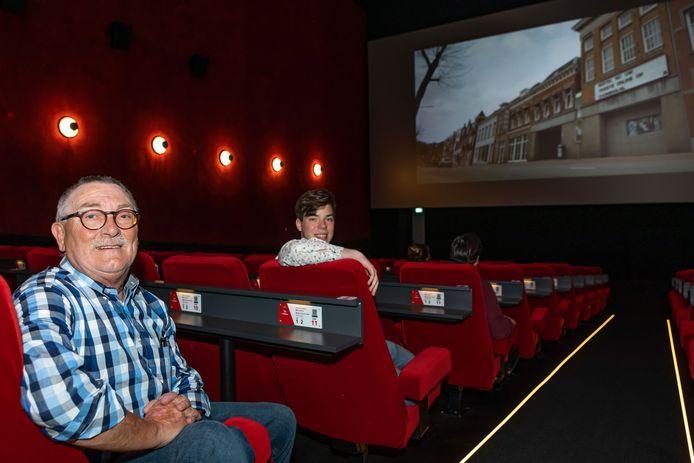 Roosendaler Sebastiaan Waegemaekers (R) bekijkt samen met Carlo Lambregts de film met oude herinneringen aan de oude bioscoop aan de brugstraat.