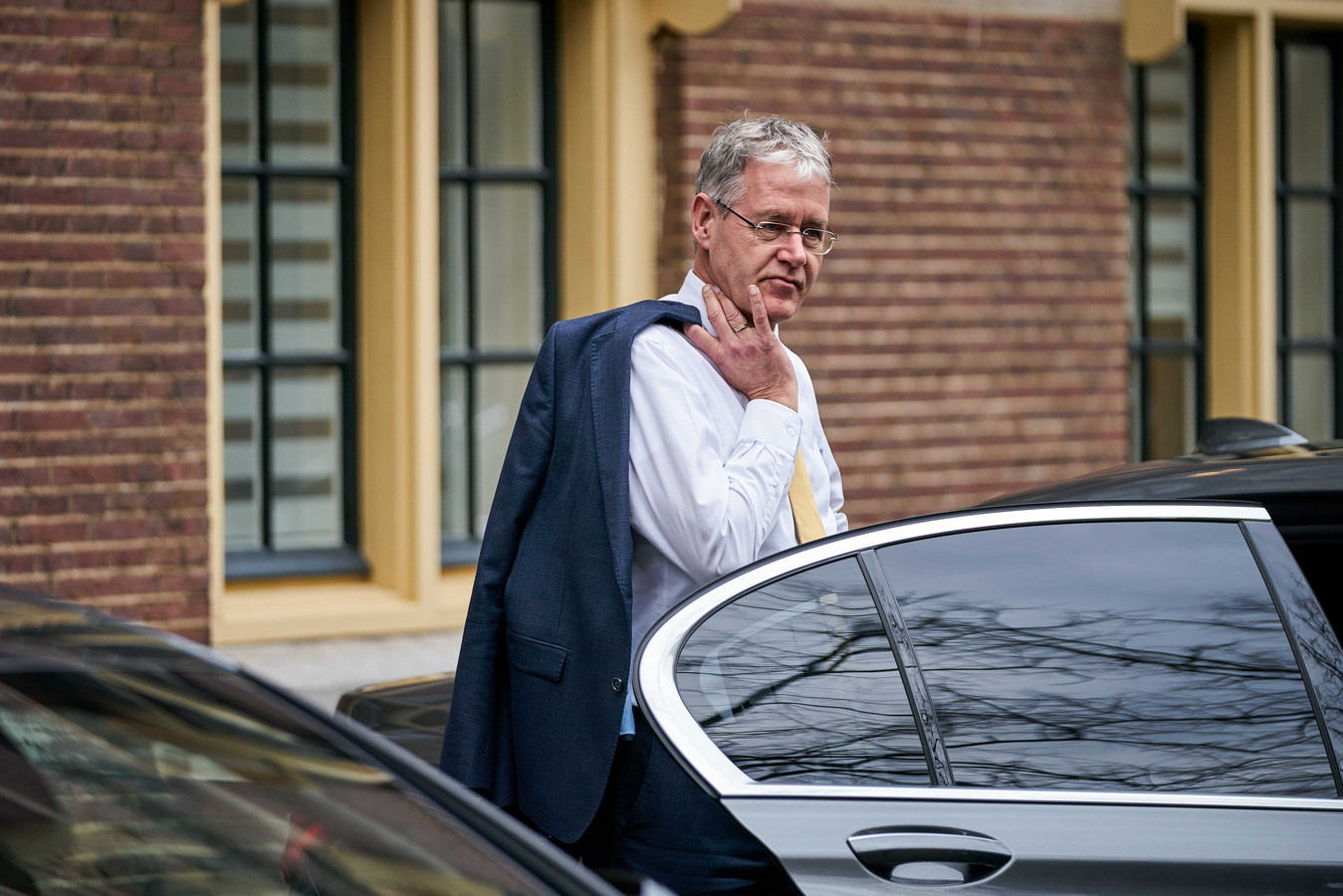Minister Slob op het Binnenhof in Den Haag.