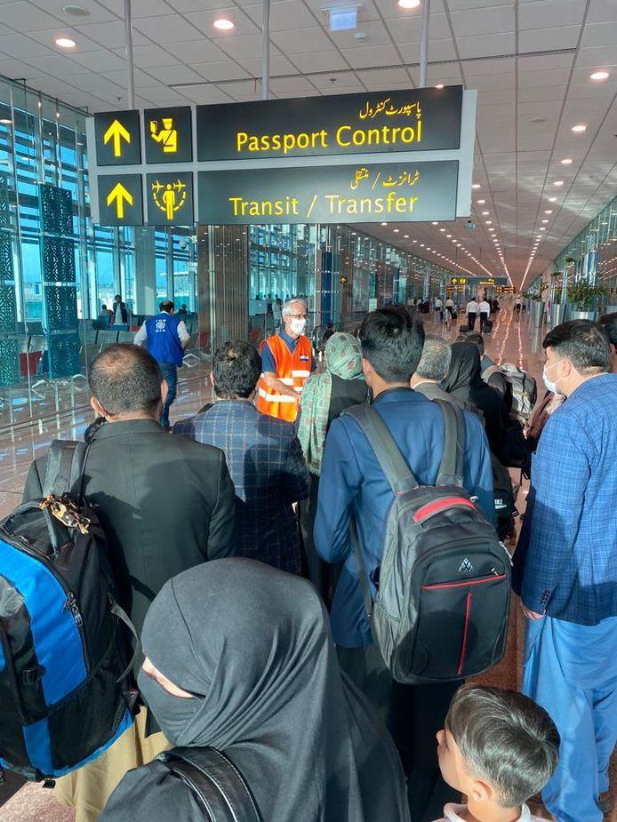 Ambassadeur Wouter Plomp vangt op het vliegveld van Islamabad Afghaanse evacués op.