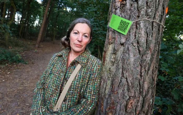 """Yolanda Warmoeskerken voerde actie tegen de bomenkap. Ze bracht een groen kaartje aan op verschillende bomen die in het plan zijn opgenomen om gerooid te worden. ,,Die hebben allemaal een QR-code waarbij je bij het scannen een link naar de petitie krijgt."""""""