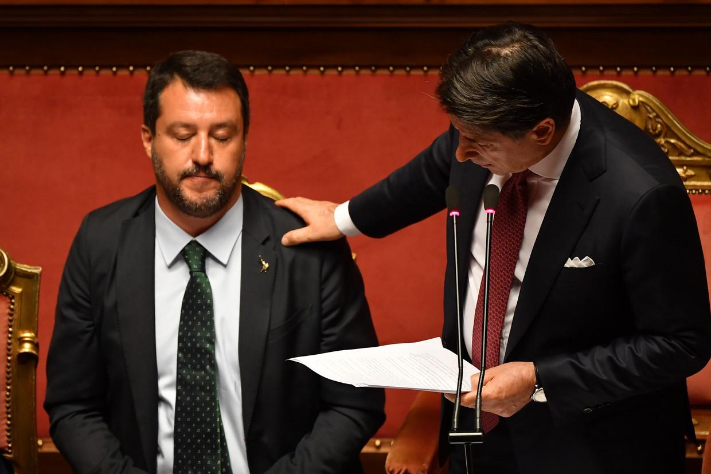 De Italiaanse premier Giuseppe Conte (rechts) haalde tijdens zijn afscheidsspeech hard uit naar Matteo Salvini (links), die hij roekeloos, respectloos en onverantwoordelijk noemde.